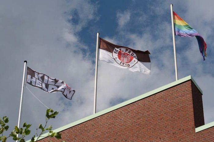 Über´m Millerntor weht die Regenbogenflagge